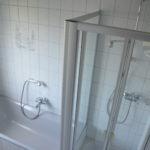 Bad mit Dusch und Wanne